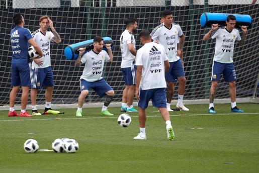 Los jugadores de la selección de Argentina durante el entrenamiento del combinado albiceleste en la ciudad deportiva del FC Barcelona.