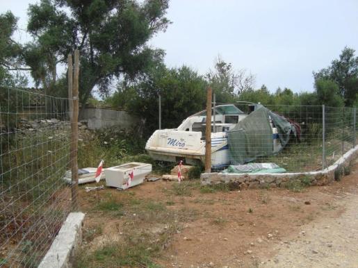 Abren expendiente al dueño de una lancha que se alquilaba en una parcela de Llubí.