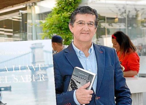 Miguel Ferrer Sancho posa con su primera novela.