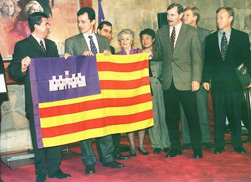 Los tripulantes del «Discovery», con Pedro Duque al frente, entregaron al presidente de Baleares Jaume Matas la bandera que viajó al espacio.