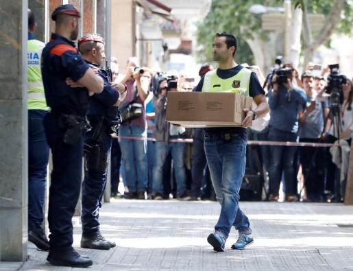 Investigadores de los Mossos d'Esquadra acceden a la vivienda del hombre detenido en relación con el asesinato de una niña de 13 años en Vilanova i la Geltrú (Barcelona).