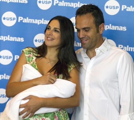 La cantante Nuria Fergó y su marido el empresario José Manuel Maíz a su salida de la clínica donde la artista ha dado a luz a su hija Martina
