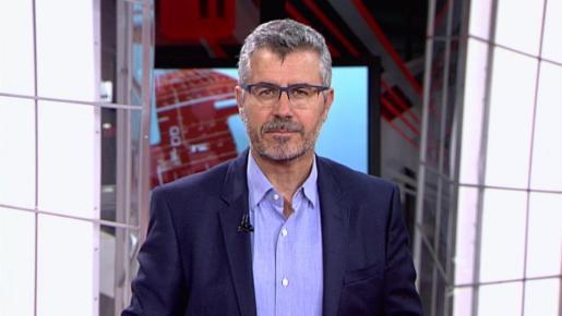 Miguel Ángel Oliver durante la emisión de un informativo.