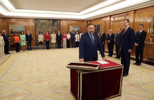 José Luis Ábalos promete su cargo como nuevo ministro de Fomento del Gobierno de Pedro Sánchez ante Felipe VI.