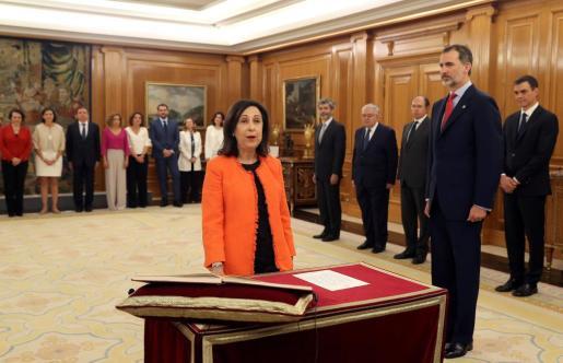 Margarita Robles jura su cargo como ministra de Defensa del nuevo Gobierno de Pedro Sánchez en presencia del rey Felipe VI.