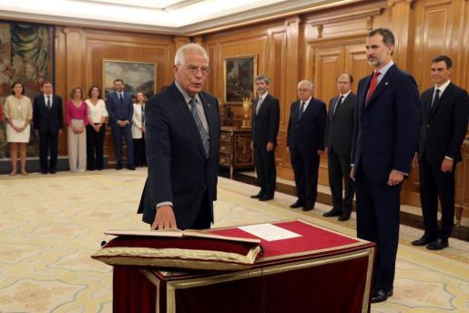 Josep Borrell jura su cargo como ministro de Asuntos Exteriores del nuevo Gobierno de Pedro Sánchez en presencia del rey Felipe VI.