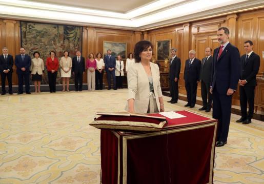 Carmen Calvo jura su cargo como Vicepresidenta y ministra de Presidencia, Relaciones con las Cortes e Igualdad del nuevo Gobierno de Pedro Sánchez en presencia del rey Felipe VI.