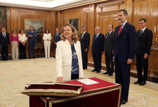Nadia Calviño promete su cargo como ministra de Economía del Gobierno del nuevo Gobierno de Pedro Sánchez en presencia del rey Felipe VI.