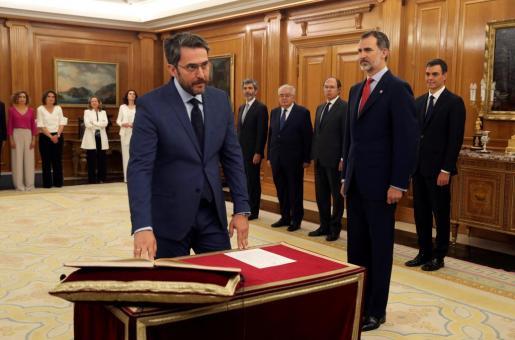 Màxim Huerta jura su cargo como ministro de Cultura y Deportes del nuevo Gobierno de Pedro Sánchez en presencia del rey Felipe VI.