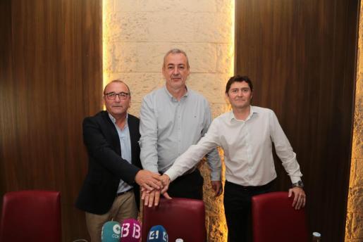 Jordi Mulet, Guillem Boscana y Tomeu Verger, durante la rueda de prensa ofrecida en la Platja de Palma. MIQUEL ÀNGEL CAÑELLAS
