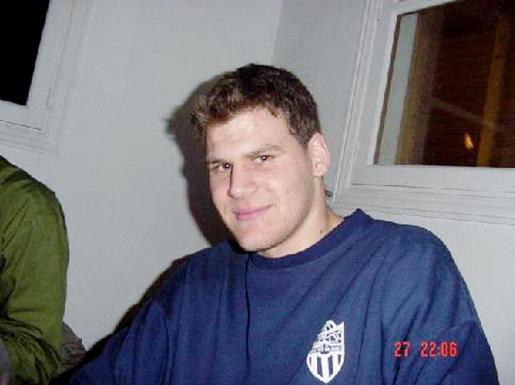 El cooperante, con su camiseta del Atlètic Balears.