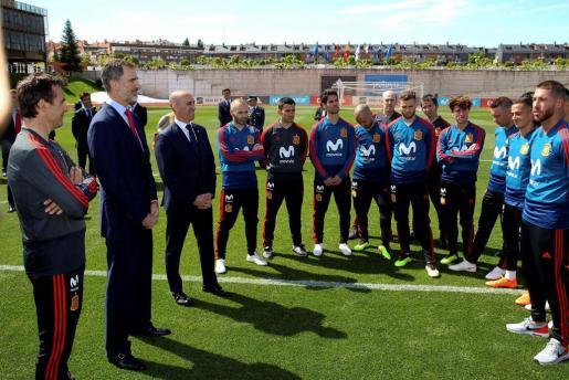 El Rey Felipe VI ha visitado hoy a la plantilla de la selección nacional de fútbol en la Residencia de la Ciudad del Fútbol, antes de que ésta viaje a Rusia para disputar el Mundial.
