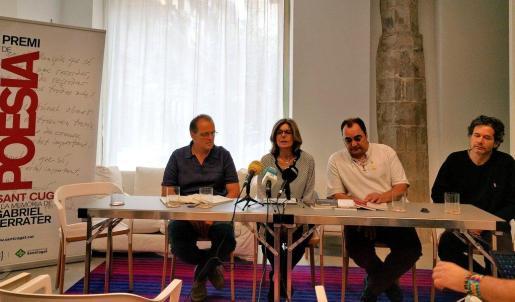 Miquel Àngel Llauger (i), ha ganado el 16 Premio de Poesía Sant Cugat a la memoria de Gabriel Ferrater por la obra 'Fourmillante', que se ha entregado este jueves en el Hotel Neri de Barcelona.