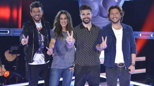 Pablo López, Malú, Juanes y Manu Carrasco en el prorama 'La Voz'.