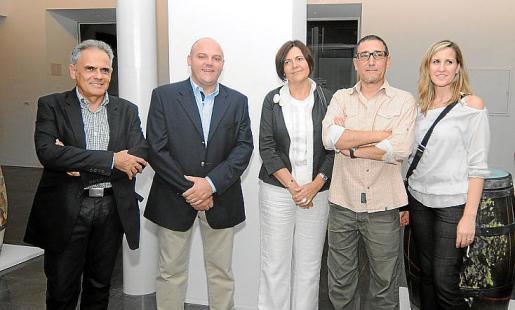 Ramón Molina, el alcalde de Sa Pobla, Gabriel Serra; Aina María Aguiló, Andreu Aguiló, y Lydia Pérez, concejala de Urbanismo y Economía de Sa Pobla.