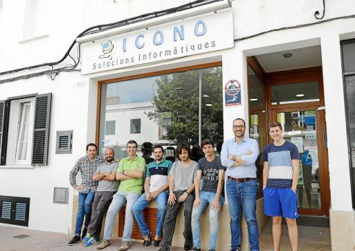 De izquierda a derecha, Pere Pons, Víctor de Haro, Santi Gomila, Rafel Grandio, Felip Janer, Sergi Mestres, Julio Alonso y Daniel Barnsby.
