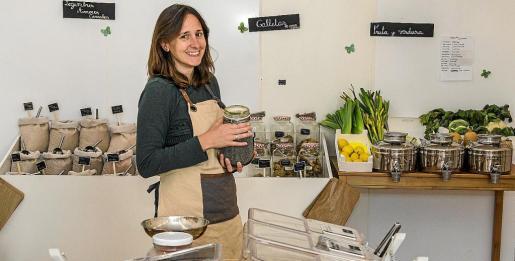 Arriba, Charlotte d'Adhemar que hace un mes abrió la primera tienda zero waste y de consumo responsable en Eivissa.