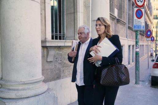 Rafael Balaguer, acompañado de su abogada, llegando a los juzgados.