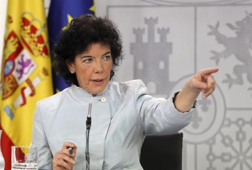 La portavoz del Ejecutivo, Isabel Celaá, durante la rueda de prensa posterior la reunión del Consejo de Ministros, la primera del gabinete de Pedro Sánchez en la que ha anunciado que el Gobierno ha decidido hoy levantar la supervisión sobre las cuentas de la Generalitat catalana.