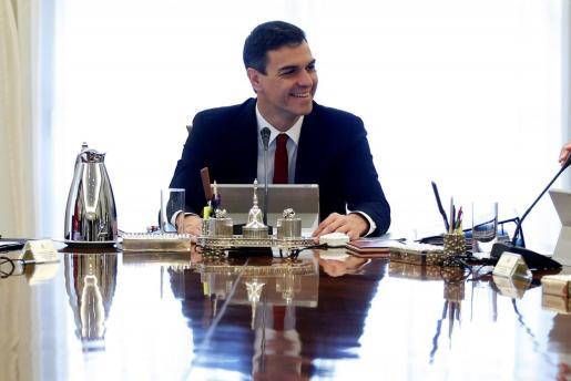 El jefe del Ejecutivo, Pedro Sánchez, preside el primer Consejo de Ministros de su gabinete.