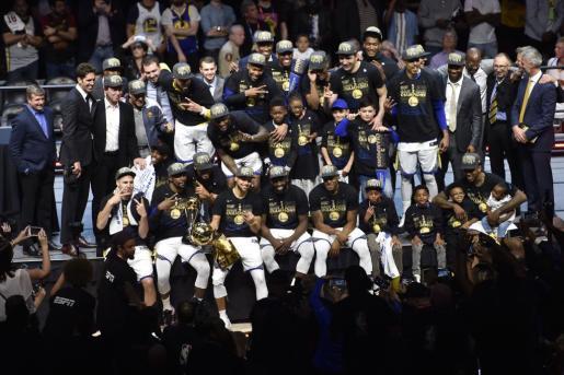 Los jugadores de los Golden State Warriors celebran su título.