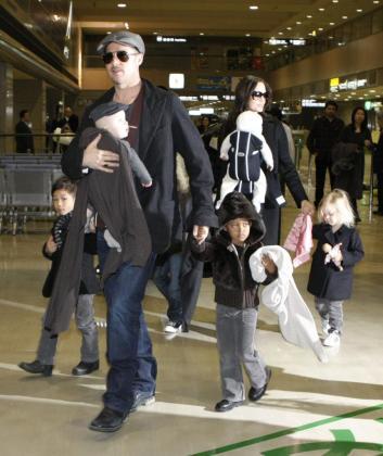 Brad Pitt Y Angelina Jolie con sus hijos en Tokio, en una imagen de archivo.