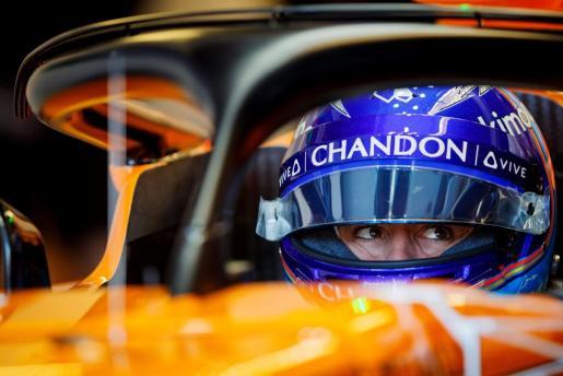 El piloto español de la escudería McLaren, Fernando Alonso, participa en los entrenamientos libres en el circuito Gilles Villeneuve, en Montreal.