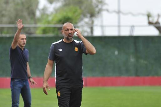 Pepe Gálvez, entrenador del Mallorca B, observa las evoluciones del juego.