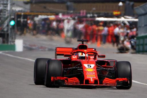 Sebastian Vettel (Ferrari) entra en pista para afrontar la sesión de clasificación, ayer.
