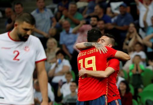 Los delanteros de la selección española Diego Costa (delante) y Iago Aspas celebran el gol.
