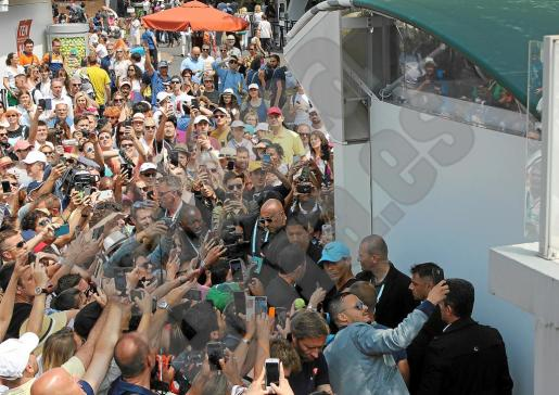 Un numeroso grupo de aficionados espera a Rafael Nadal este sábado a la conclusión de su entrenamiento.