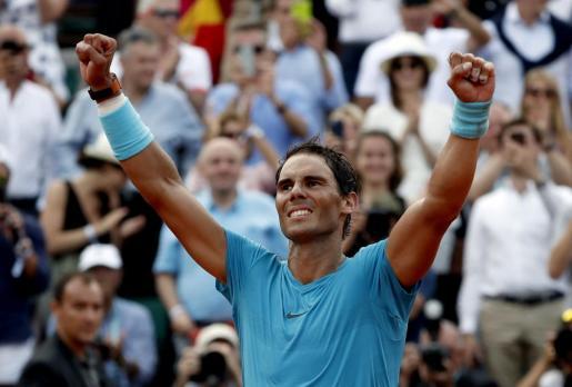 Nadal alza los brazos tras conseguir su undécimo Roland Garros.