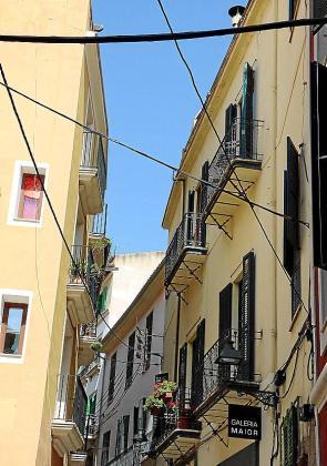 «Una de las imágenes que más daño hacen a nuestro patrimonio son los cables colgados en las fachadas», afirma José Hila, regidor de Urbanisme.