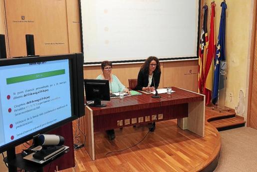 Maria Antònia Truyols, directora gerente de la ATIB junto a la consellera de Hisenda, Catalina Cladera.