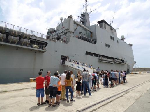 Numerosos visitantes formaron largas colas durante la mañana, antes de subir a bordo para la visita guiada.