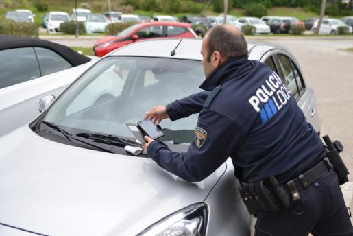 La Policía Local multa a 45 coches de alquiler por aparcar en la calle.