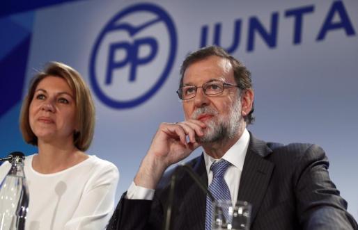 El expresidente del Gobierno Mariano Rajoy y la exministra de Defensa y actual secretaria general del PP, María Dolores de Cospedal durante la reunión de la Junta Directiva Nacional del PP.