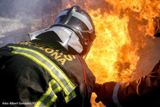 Los bomberos han tenido que rescatar a varios vecinos del interior de sus viviendas.
