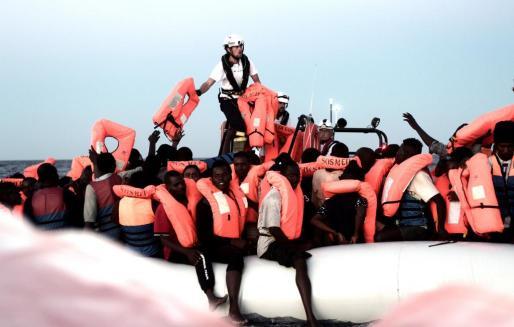 El presidente valenciano ha subrayado que se trata de razones humanitarias y ha lamentado que el barco esté, en estos momentos, «abandonado» en el Mediterráneo de forma «profundamente injusta».