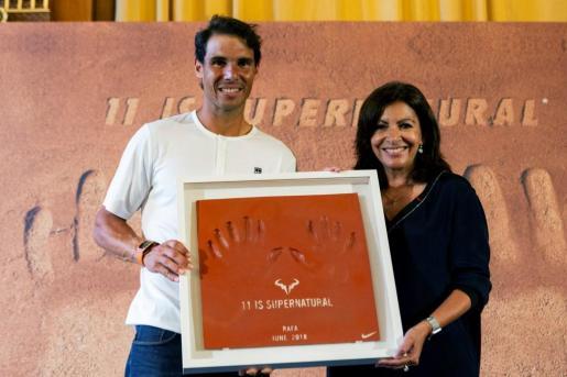 El tenista Rafael Nadal es recibido por la alcaldesa de París, Anne Hidalgo, en el ayuntamiento de la capital francesa, tras ganar su undécimo título de Roland Garros.