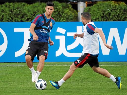 El futbolista internacional mallorquín Marco Asensio intenta superar la defensa de Iago Aspas durante un entrenamiento de la selección española, ya en Rusia.