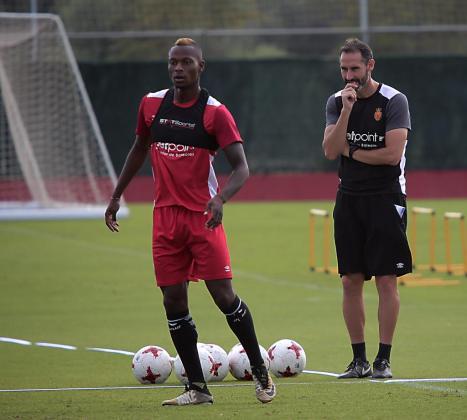 Vicente Moreno observa a Cedric durante un entrenamiento. El nigeriano ha conocido hoy que no cuenta para el futuro y quedará libre el próximo 30 de junio.