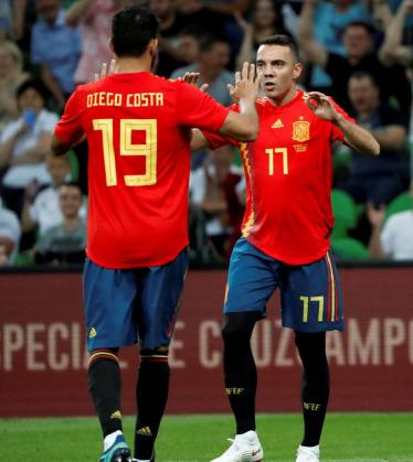Los delanteros de la selección española, Diego Costa (d) y Iago Aspas, celebran el gol convertido por el gallego, durante el encuentro amistoso preparatorio para el mundial de Rusia contra Túnez, disputado en el Kranodar estadio.