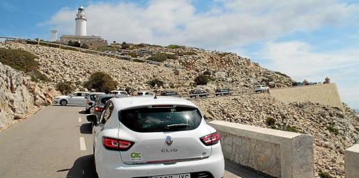 Saturación de vehículos en el acceso al faro de Formentor durante el mes de julio del año pasado.