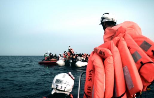 Un grupo de emigrantes rescatado por miembros del Aquarius.
