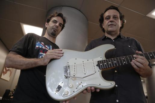 Isaac Vega (izquierda) y Andrés Salleras posan con una guitarra a la que han instalado el VT1 Ultra Trémolo.