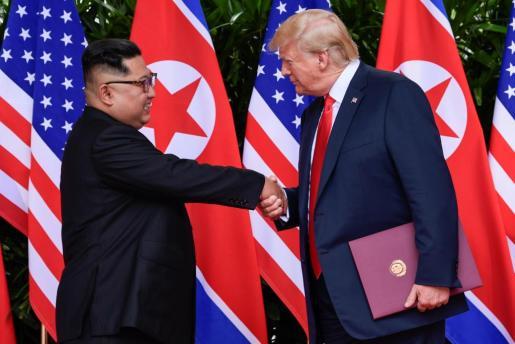 Donald Trump saluda a Kim Jong Un.