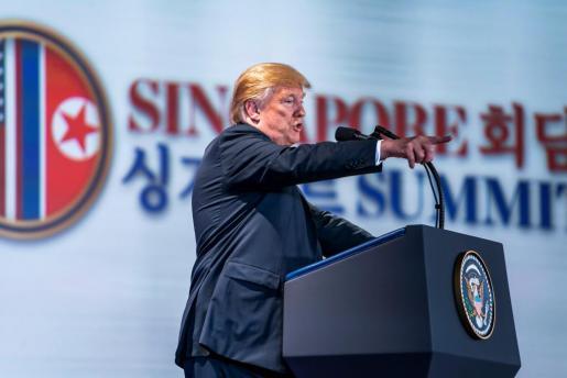 El presidente de EE.UU., Donald J. Trump, da una rueda de prensa tras mantener una histórica cumbre con el líder norcoreano, Kim Jong-un, en el hotel Capella de Singapur.