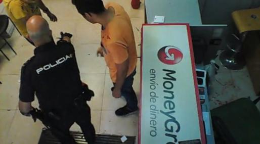 Un momento de la detención, grabada por las cámaras de seguridad del establecimiento.
