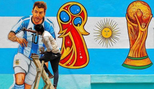 Un aficionado dibuja un mural dedicado al futbolista argentino Leo Messi y también a la Copa del Mundo que se disputará este año en Rusia.